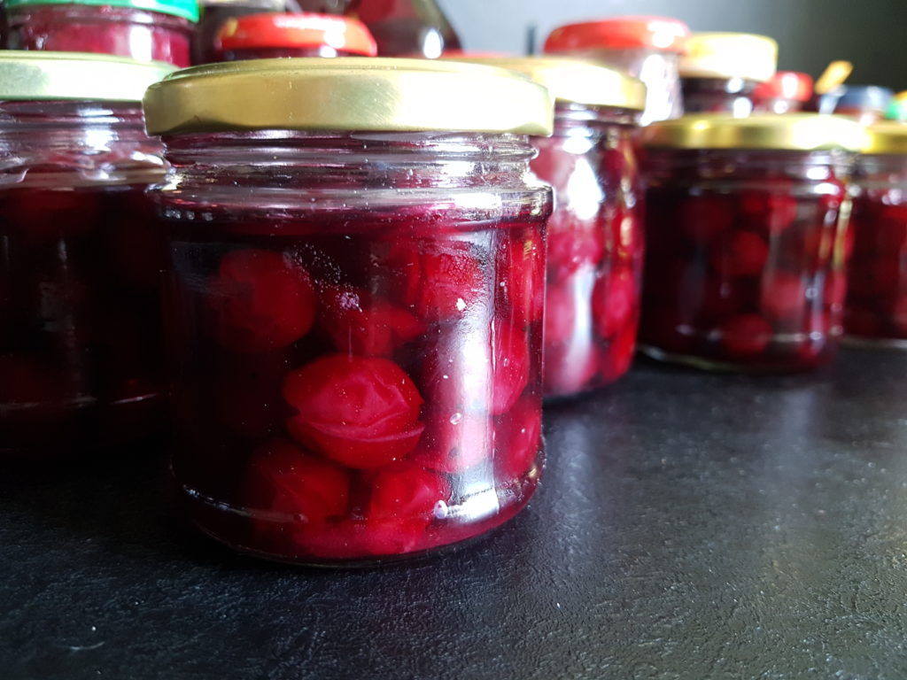słoiki z wiśniami